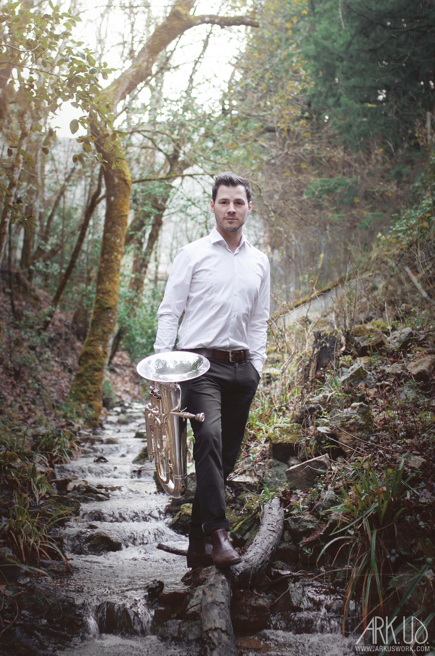 séance photo homme var toulon forêt musicien trompette cuivre art artistique portrait photographie photographe artiste tuba thomas morel