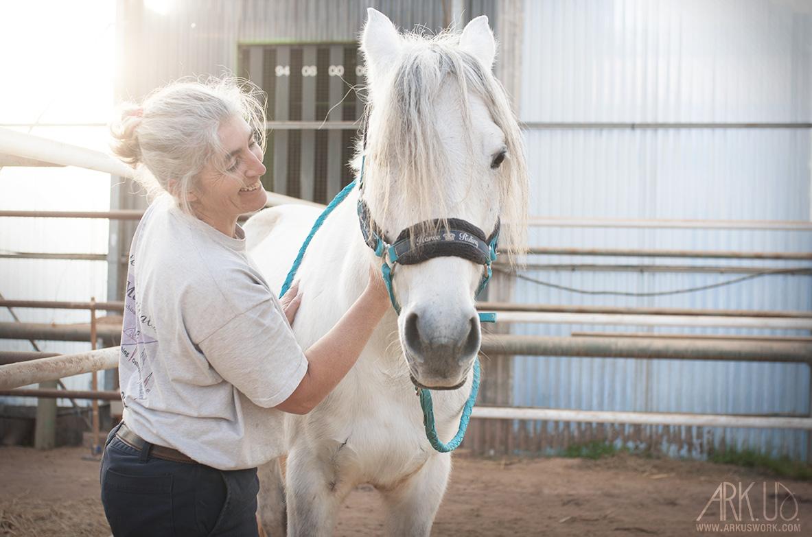 cheval blanc equin ostéopathe thérapeute animaux photographe photographie animalière animaux de compagnie reportage photo var toulon pignans soin PACA
